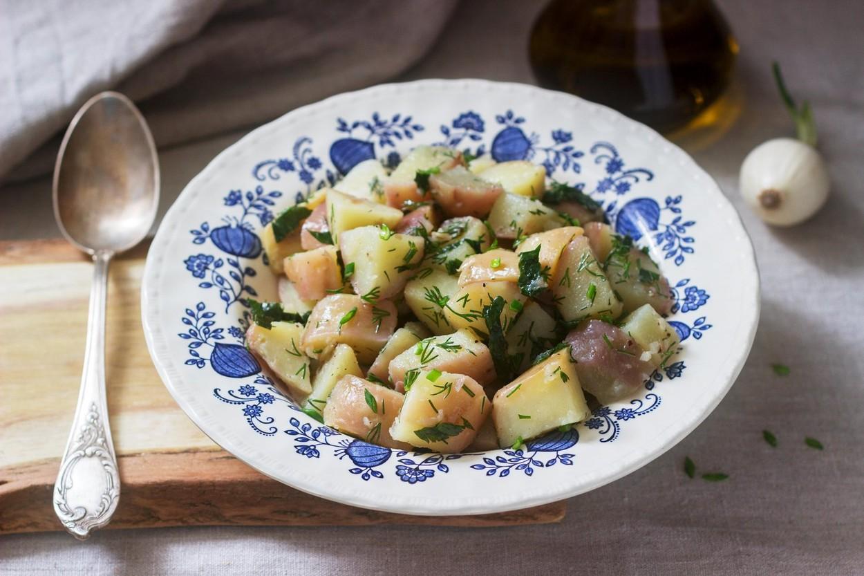 A kapor íze a nyarat idézi ebben a krumplisalátában is. (Fotó: Profimedia)