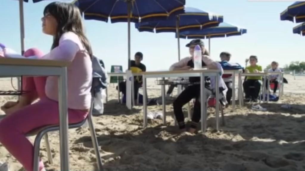 A tengerparton tanulnak a gyerekek egy olasz suliban (Fotó: RTL)