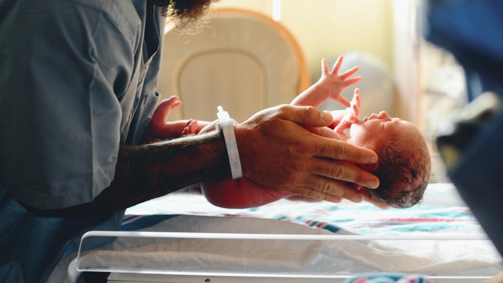 A kórház előtt szült a covidos kismama