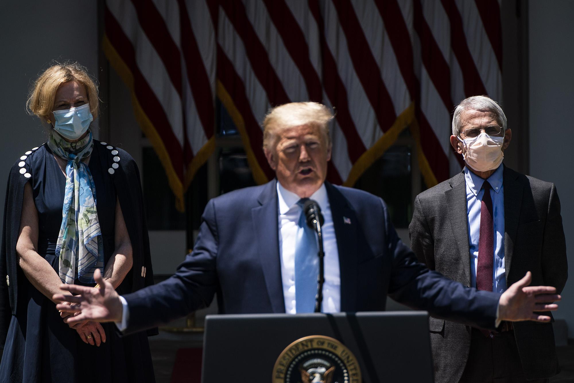 A koronavírus-intézkedésekért felelős Dr. Deborah Birx, a népegészségügyi hivatal igazgatója, Dr. Anthony Fauci és Donald Trump, maszk nélkül (fotó: Jabin Botsford/The Washington Post via Getty Images)