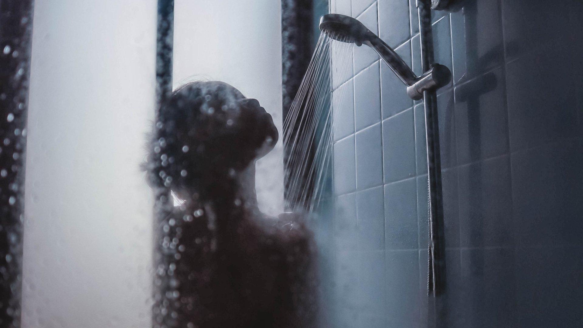 Zuhanyzó nő
