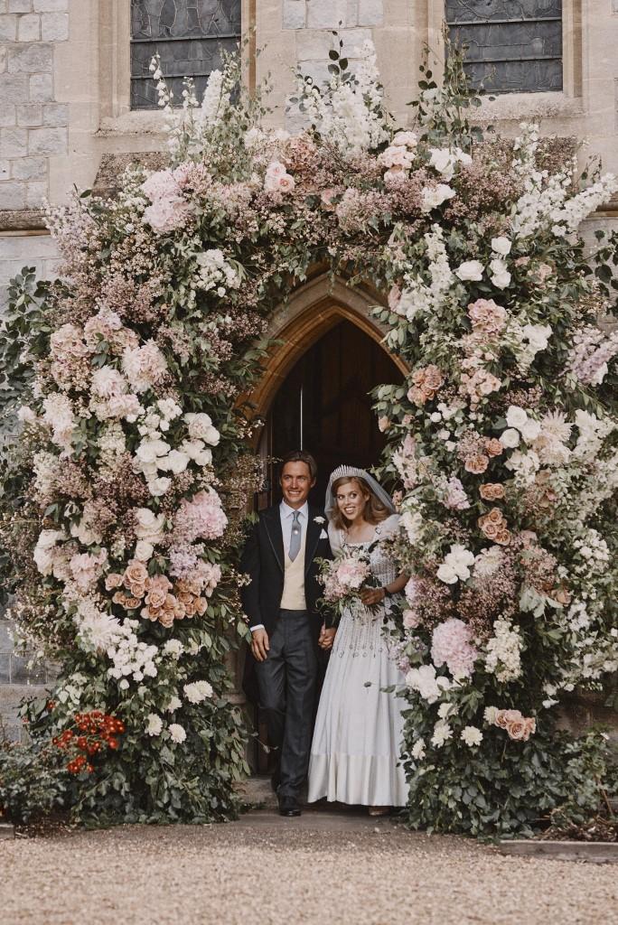 Beatrice hercegnő és Edoardo Mapelli Mozzi a katedrális előtt