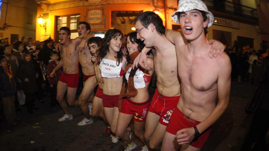 A lakosság színe-java kitódul az utcára és kizárólag piros fehérneműt viselve futóversenyen veszt részt