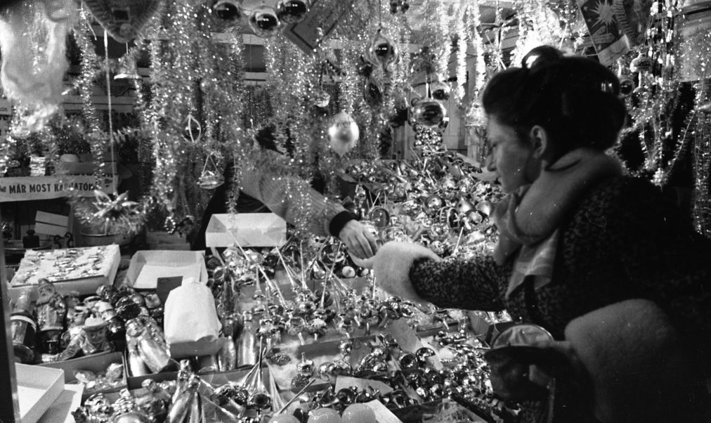 A '70-es években ilyen utcai árusoknál szereztük be a karácsonyi díszeket