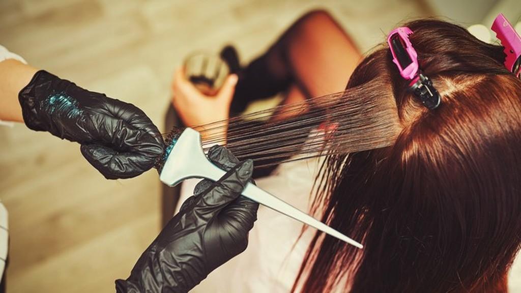 Egyáltalán nem tilos a menstruáció alatti hajfestés, viszont az eredménnyel nem biztos, hogy elégedett leszel. Fotó: gettyimages