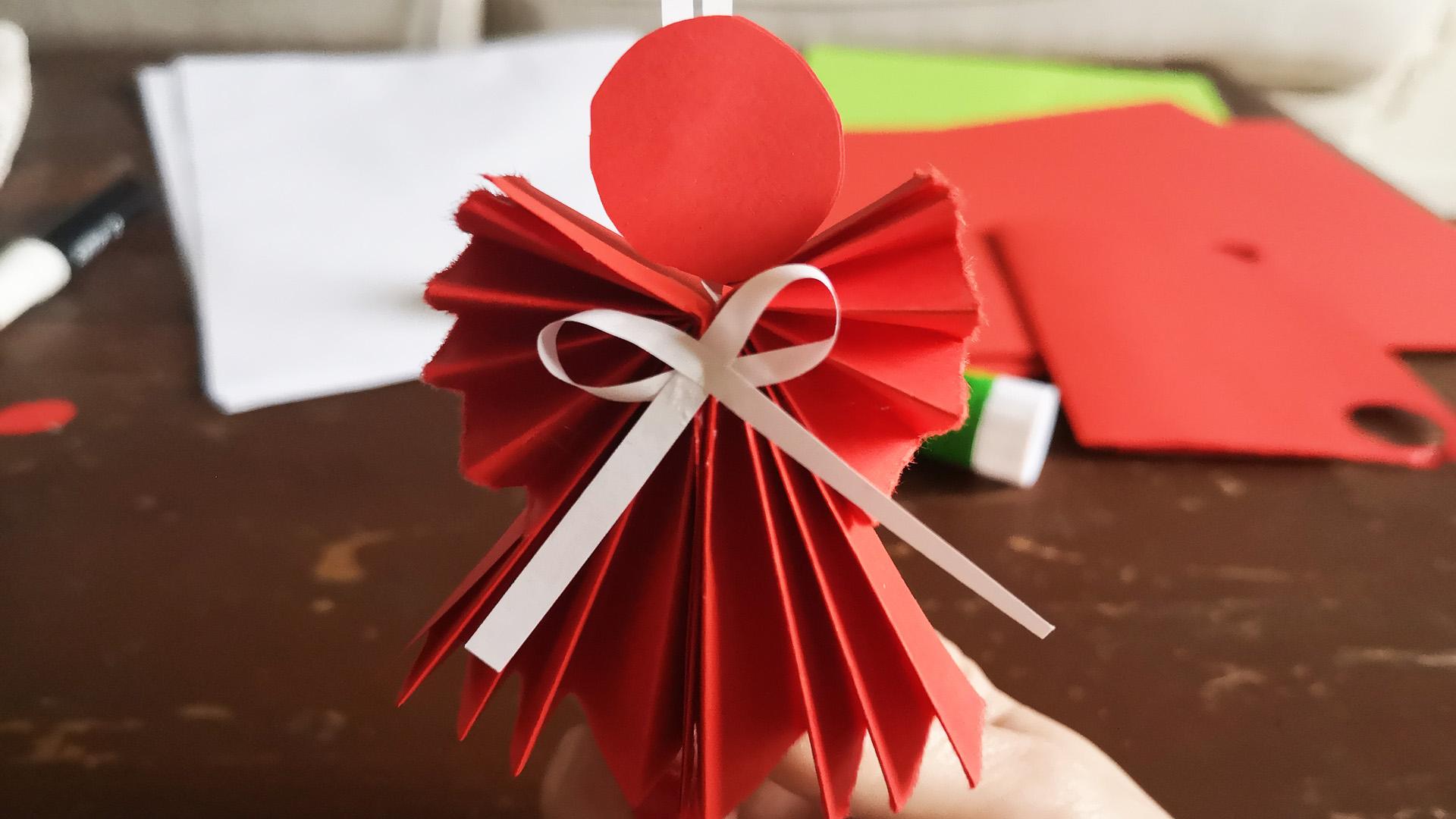 Készíts gyönyörű karácsonyi díszeket papírból!