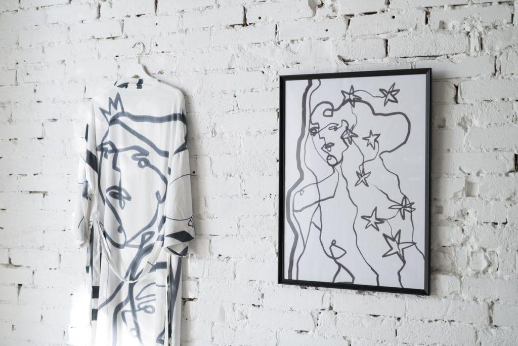 A magyar divatmárkák esetén is van példa kikacsintásra a home decor felé: Anna Amélie ruha és print
