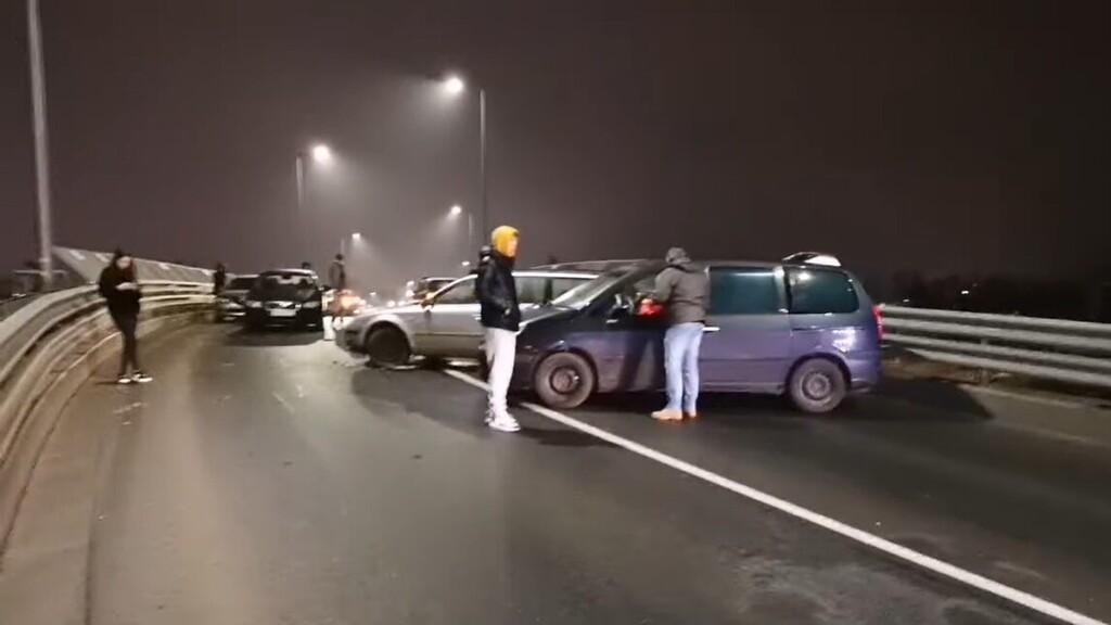 Nyolc autó ment egymásba a jeges úton Szombathelyen - videó