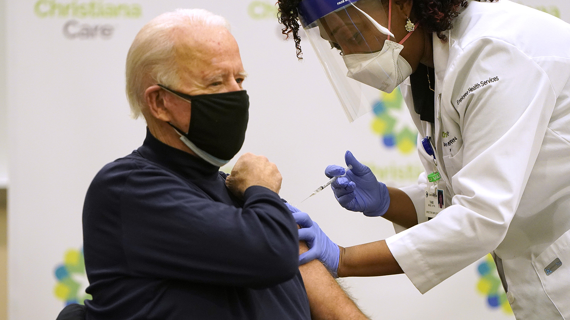 Joe Biden élő adásban kapta meg a koronavírus-vakcinát