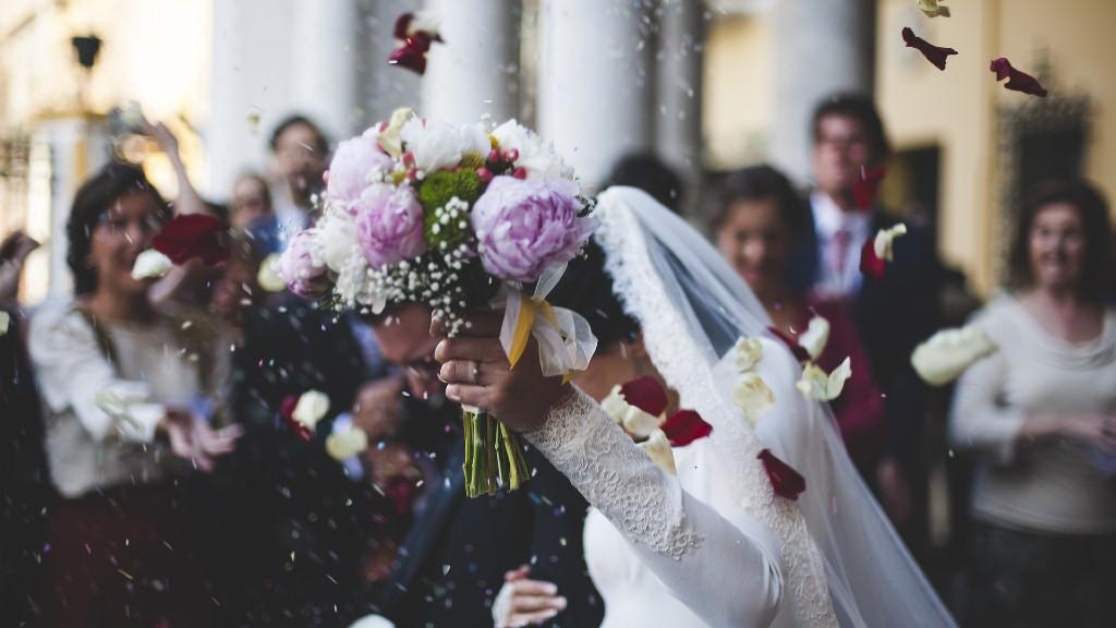 Álomesküvő éljenző vendégsereggel (fotó: Pixabay)