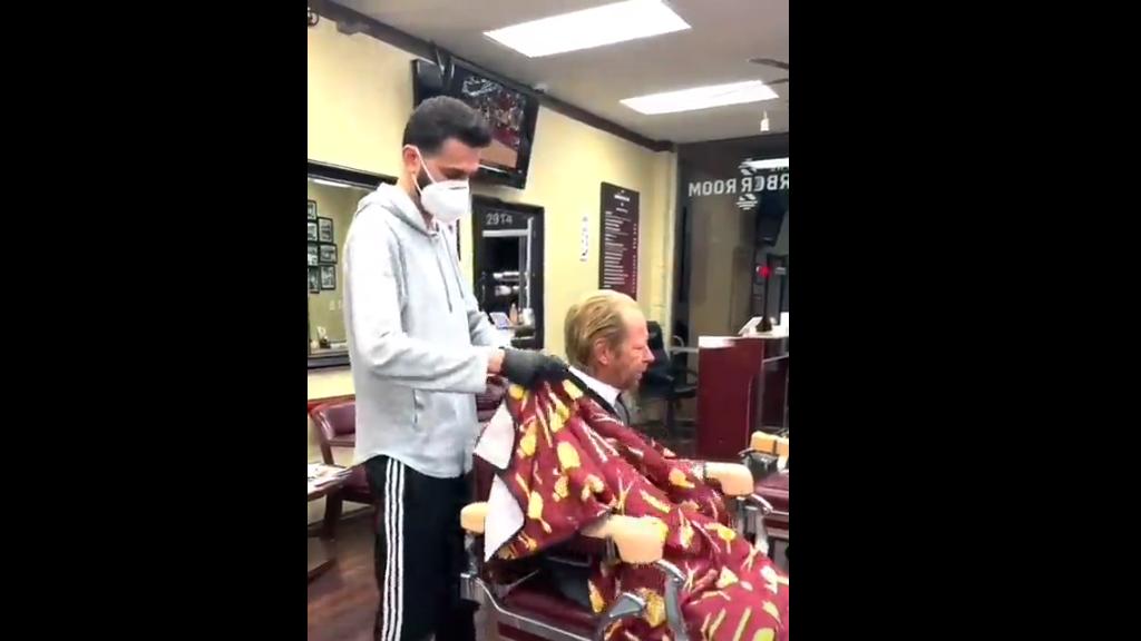 Ingyen vágta le a haját a borbély a hajléktalannak