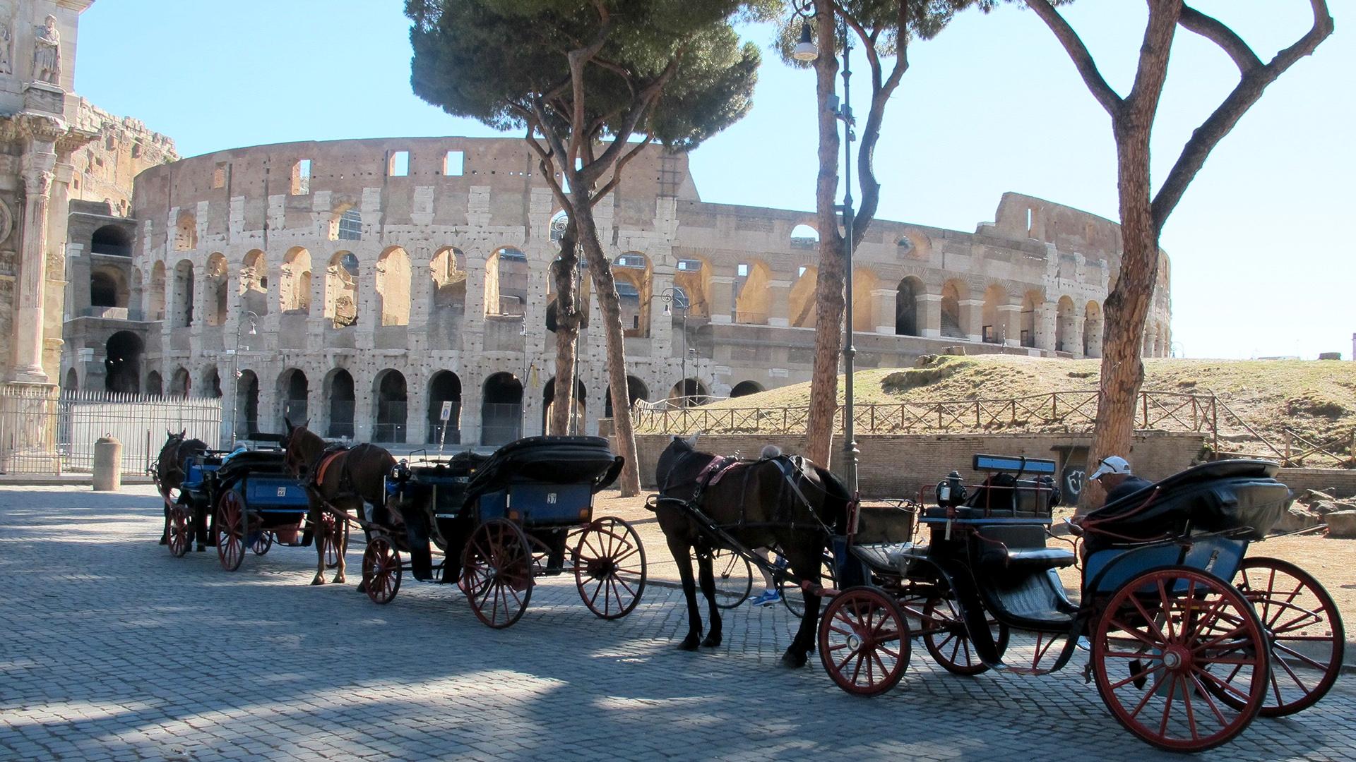 Kitiltják Rómából a lovas fogatokat