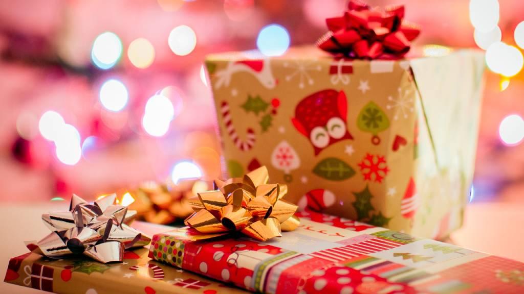karácsonyi ajándékok piros arany színben