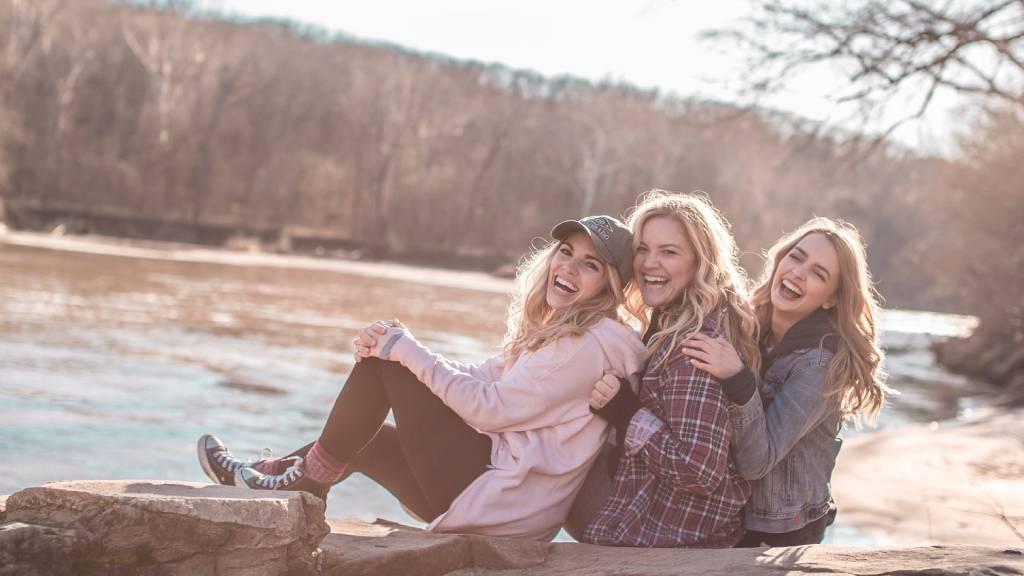 boldog nők a folyóparton