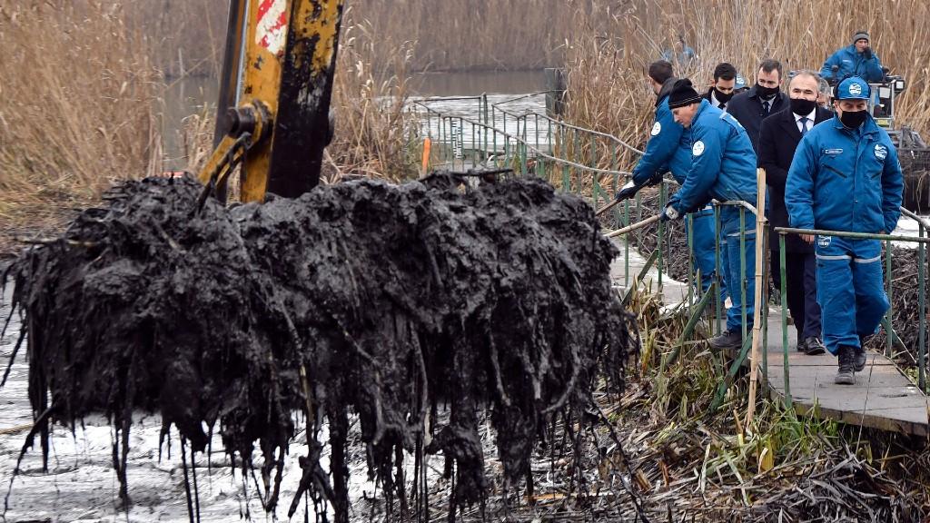 Nagy István agrárminiszter az olajszennyezés helyszínén (fotó: MTI/Máthé Zoltán)