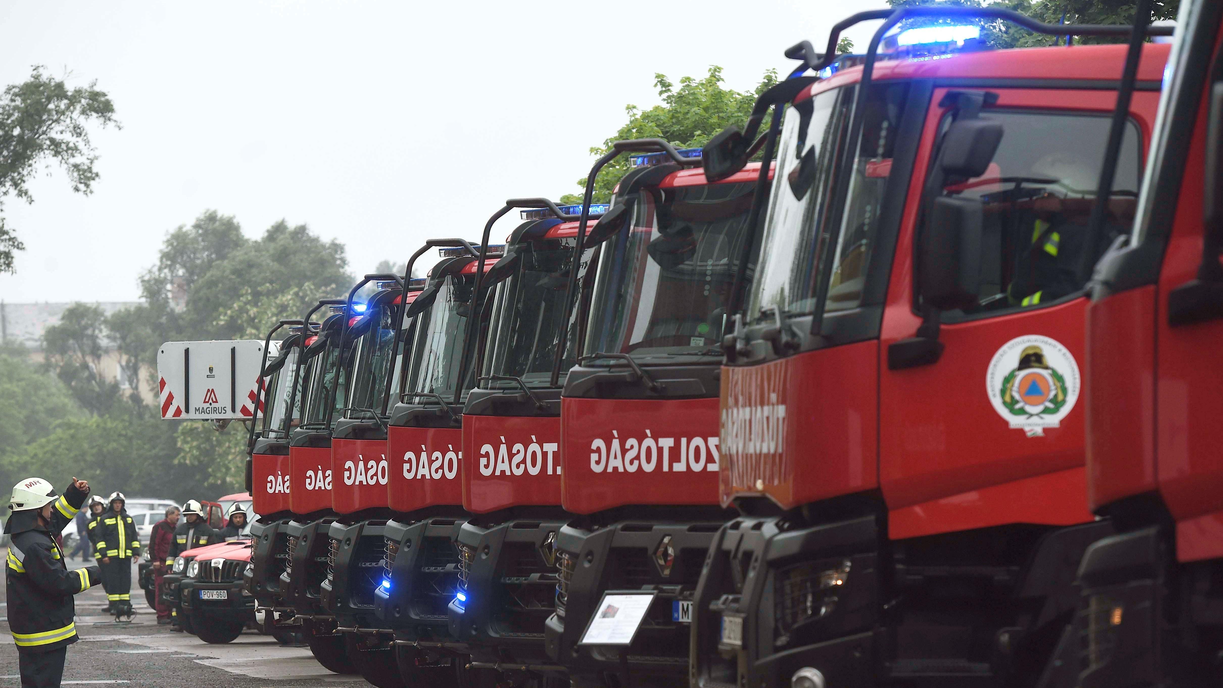 Az Országos Katasztrófavédelmi Fõigazgatóság új tûzoltóautóinak átadása a szervezet Mogyoródi úti épületének udvarán, Budapesten 2019. május 9-én. Huszonhat új tûzoltóautót kapott a katasztrófavédelem az Európai Unió támogatásával.