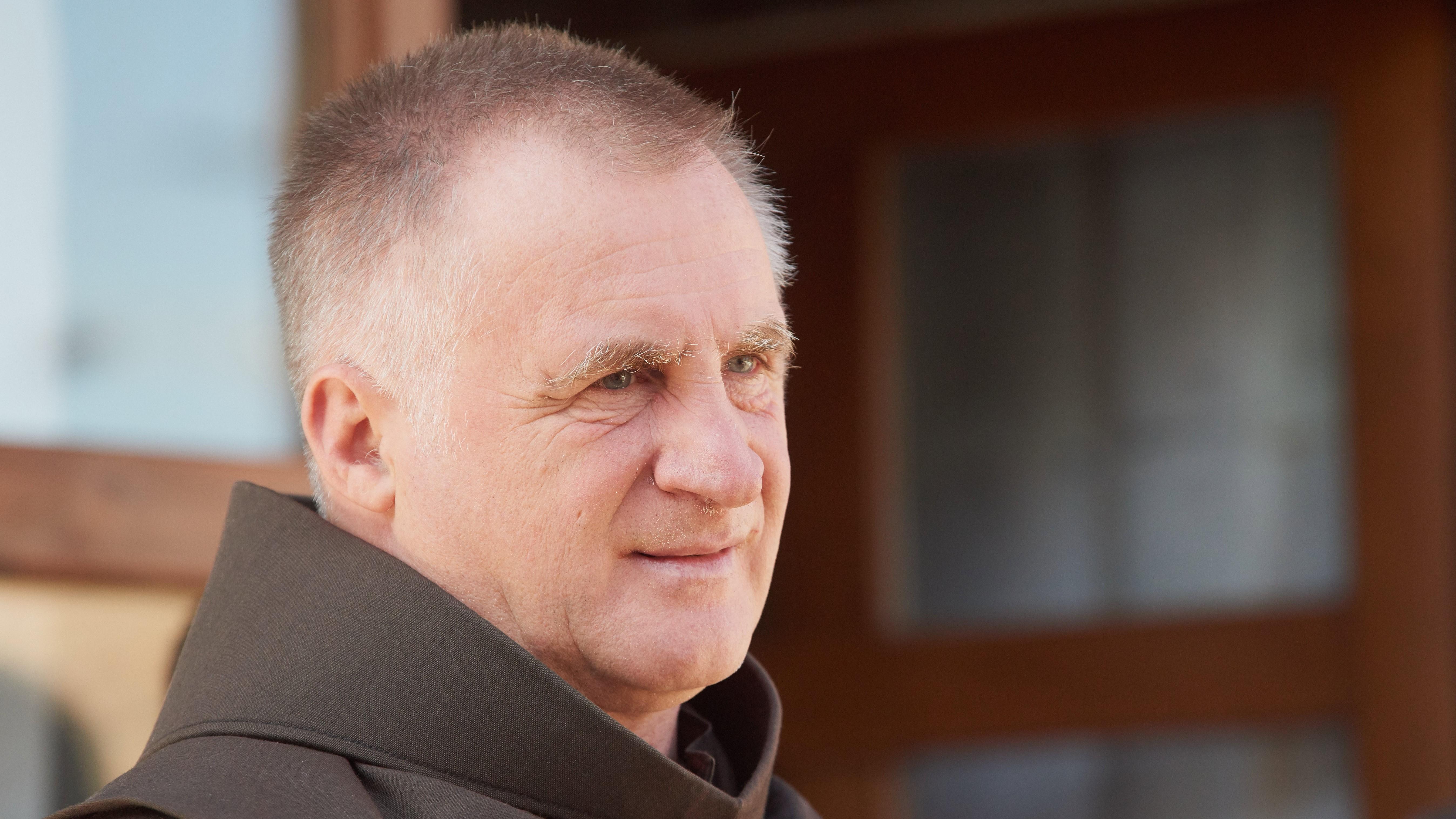 Böjte Csaba ferences rendi szerzetes, az árva gyermekeket gondozó Dévai Szent Ferenc Alapítvány alapítója.