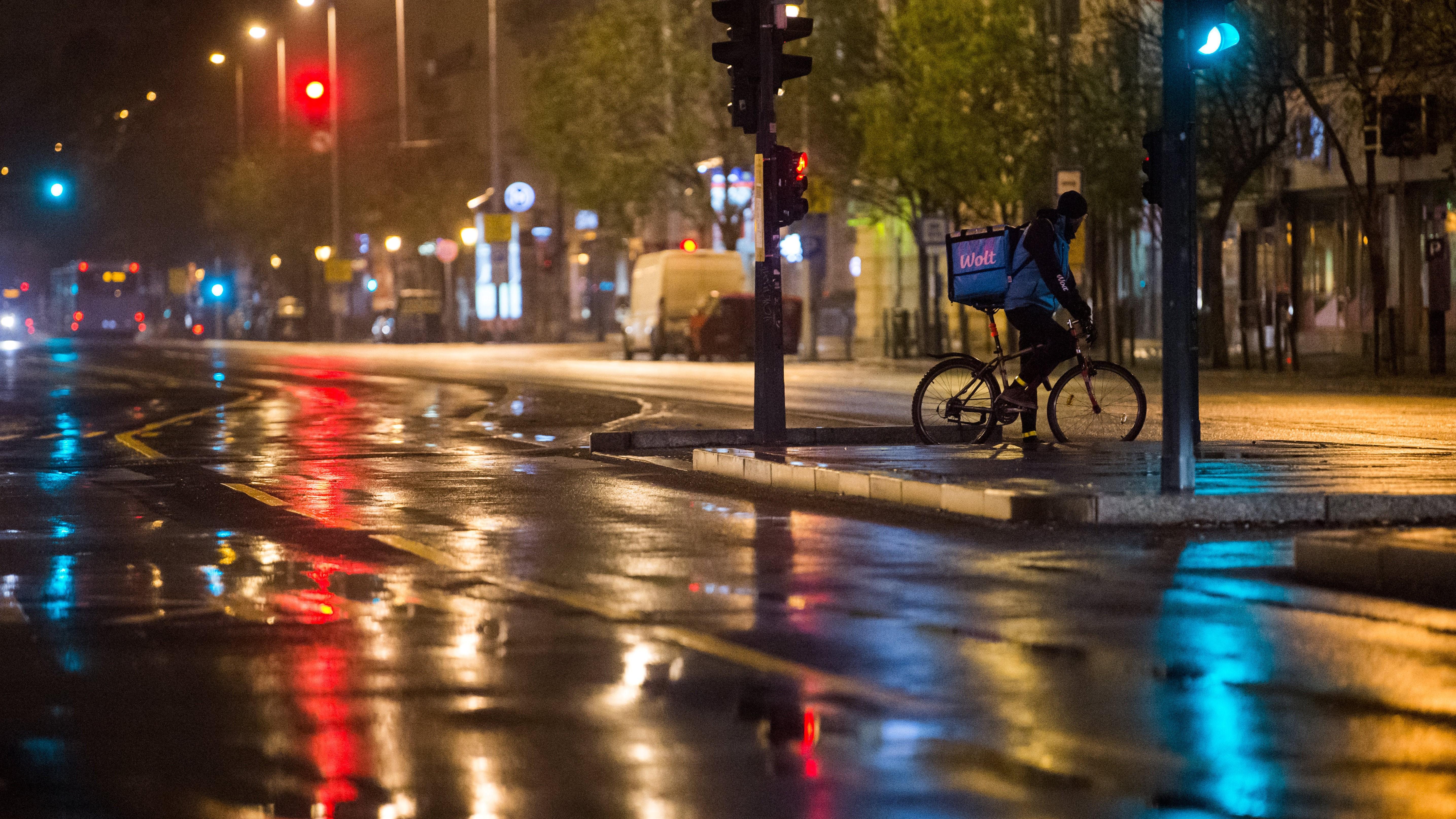 Biciklis futár Budapesten, a Deák téren.
