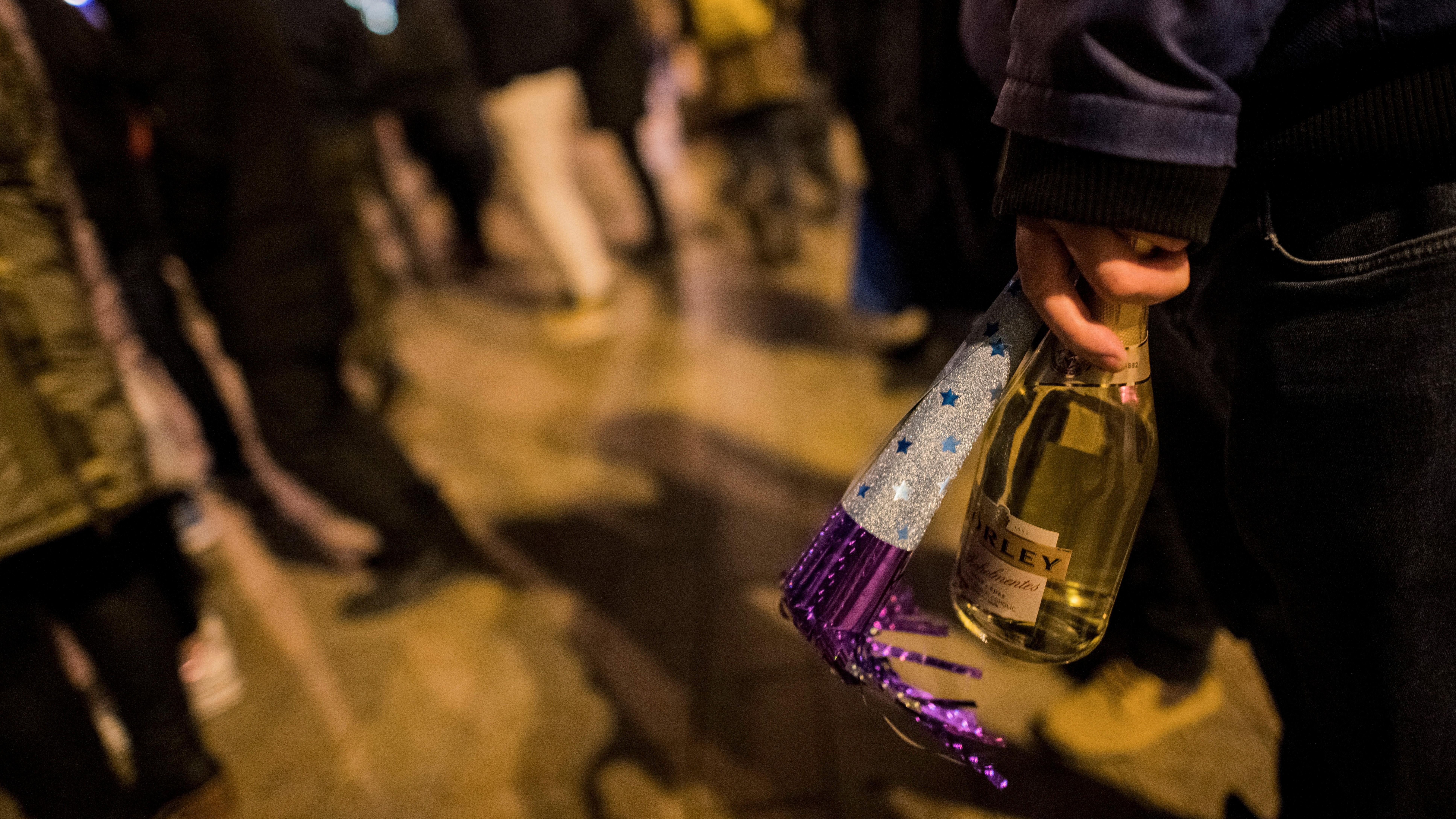 Szilveszterezők a pécsi Széchenyi téren 2019. december 31-én este.