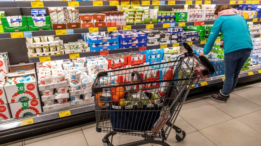 Vásárló az Aldi diszkontlánc I. kerületi, Mészáros utcai üzletében 2020. február 25-én. (Fotó: MTI/Szigetváry Zsolt)