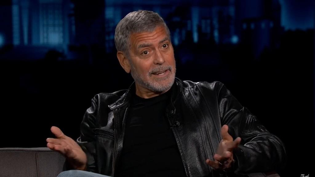 George Clooney porszívóval vágja a haját