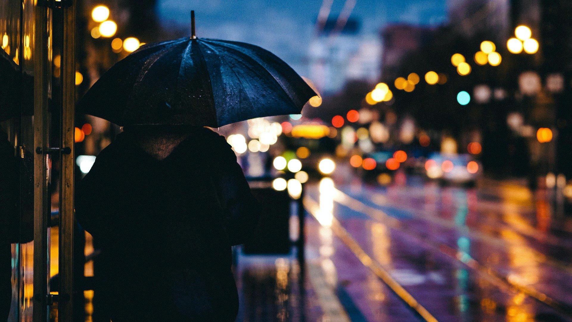 Esernyős férfi a városban