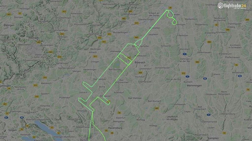 Óriási fecskendőt rajzolt ki repülési útvonalával egy pilóta a vakcina köszöntésére