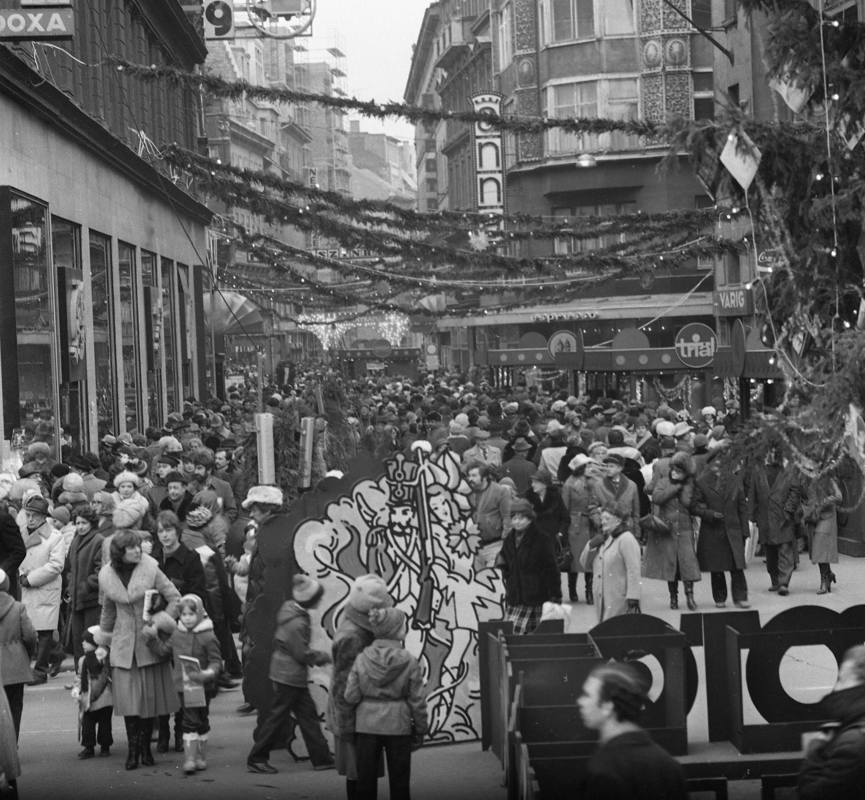 A Váci utca a Vörösmarty tér felől