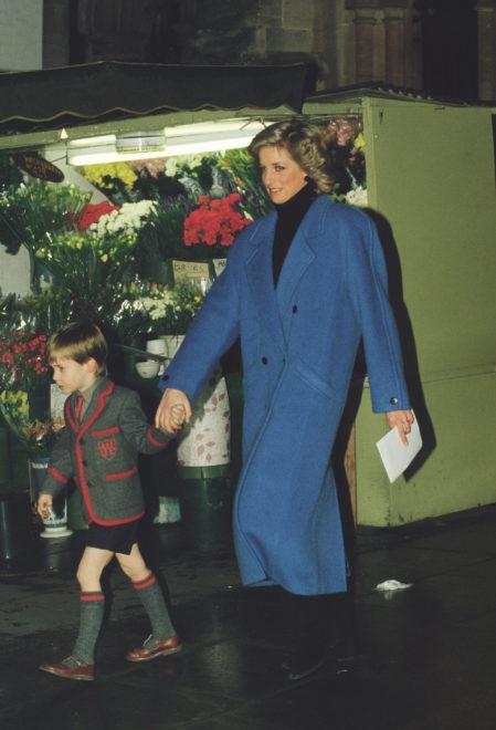 Diana hercegnő kék kabátban a karácsonyi koncerten