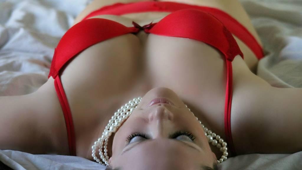 nő piros fehérneműben