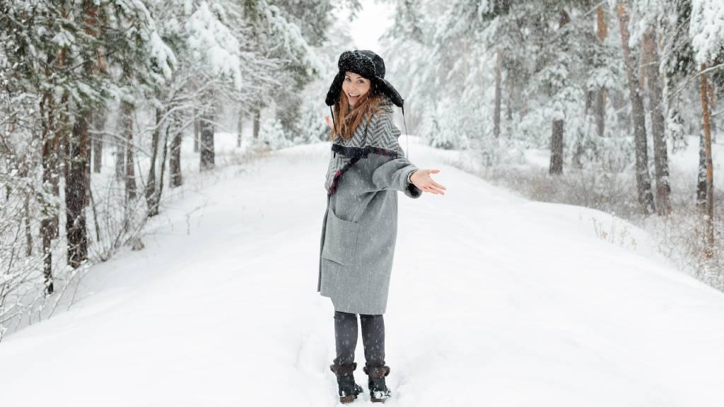 vidám nő hóban
