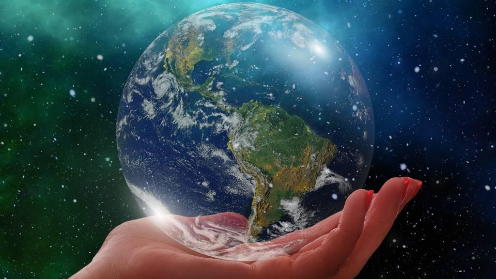 női kézben a föld bolygó