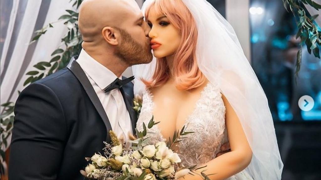 Elvette szexbabáját feleségül