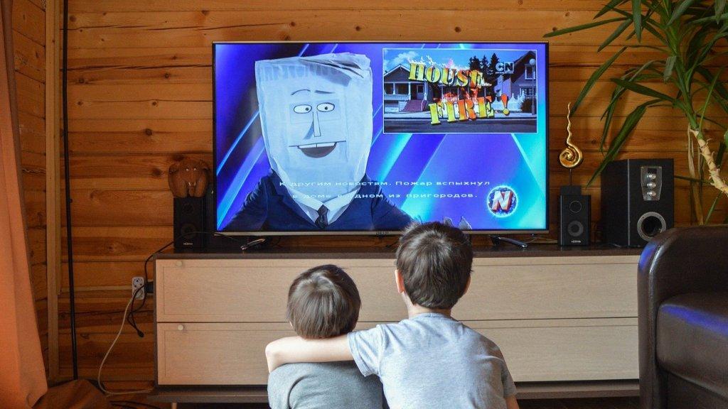 Gyerekek tévéznek