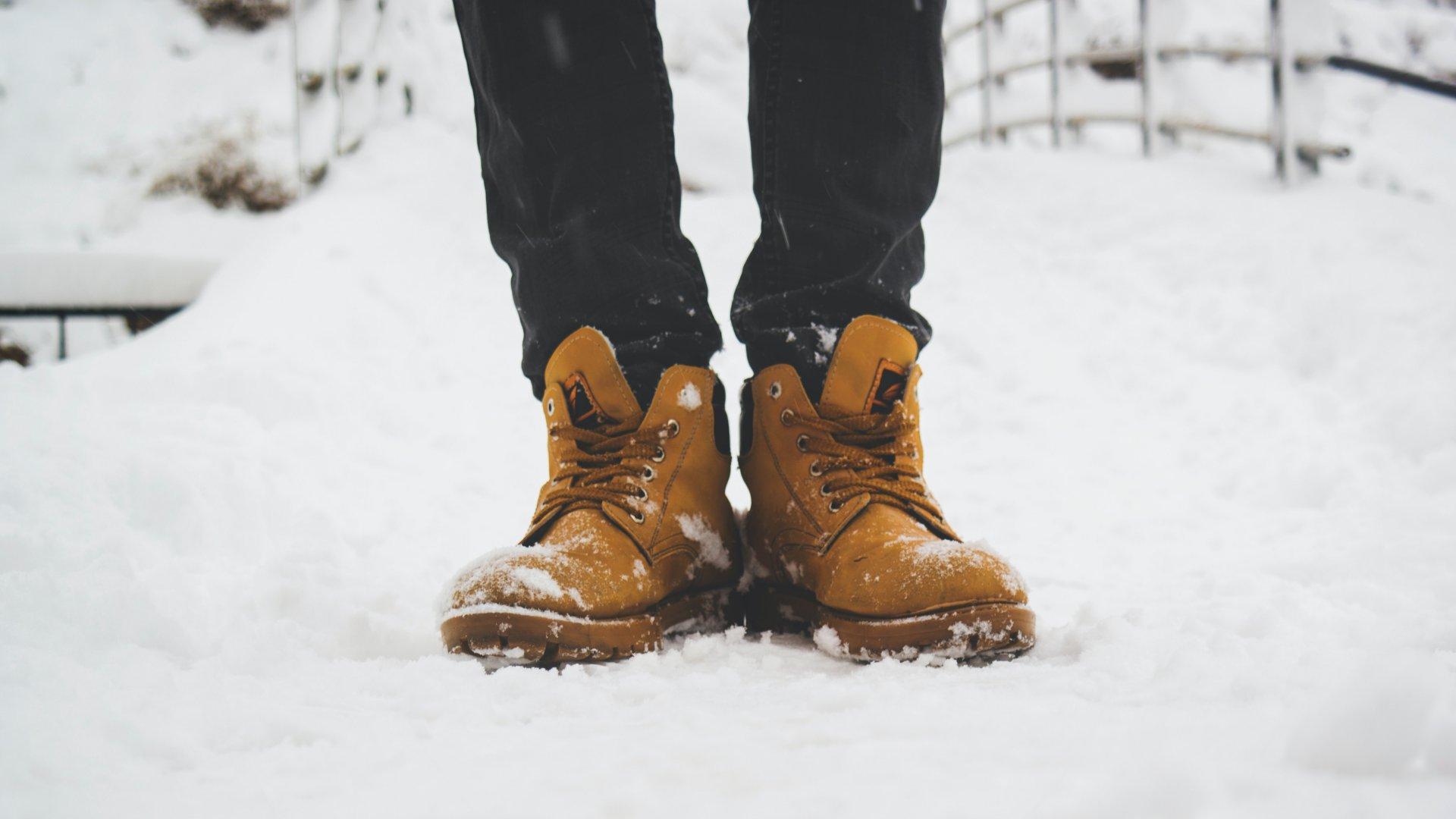 Egy férfi bakancsban a hóban