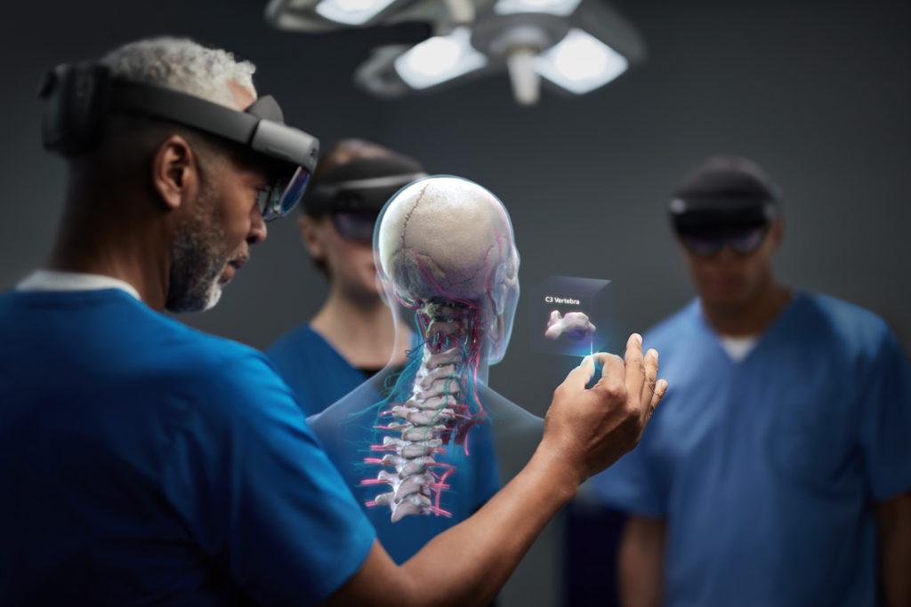 A Microsoft HoloLens-szel egyszerűen el lehet magyarázni egy páciensnek, hogy mi fog történni egy beavatkozás, műtét során