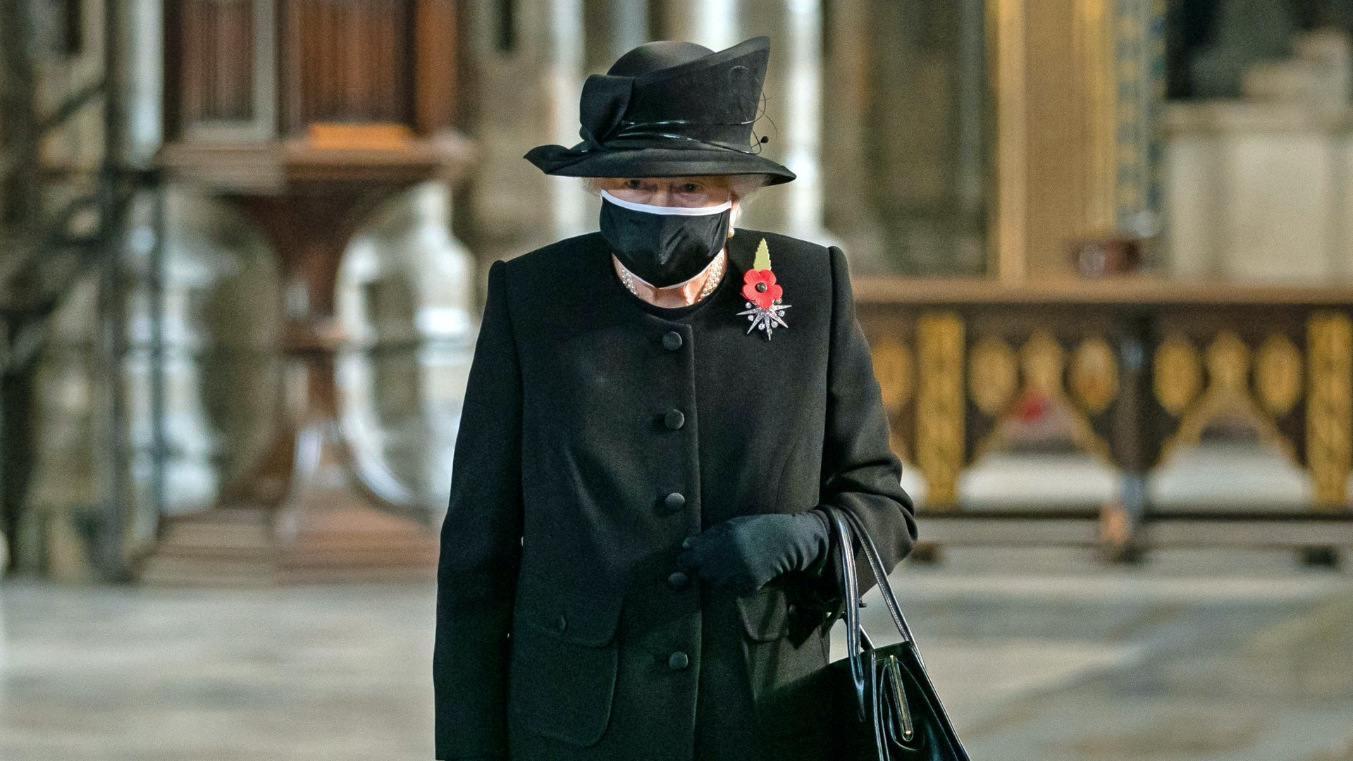 II. Erzsébet királynő maszkban