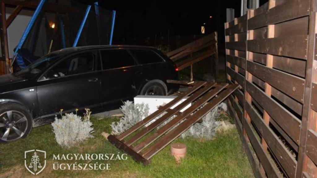 Családi ház kertjébe csapódott a kocsijával az ittas nő Tatabányán