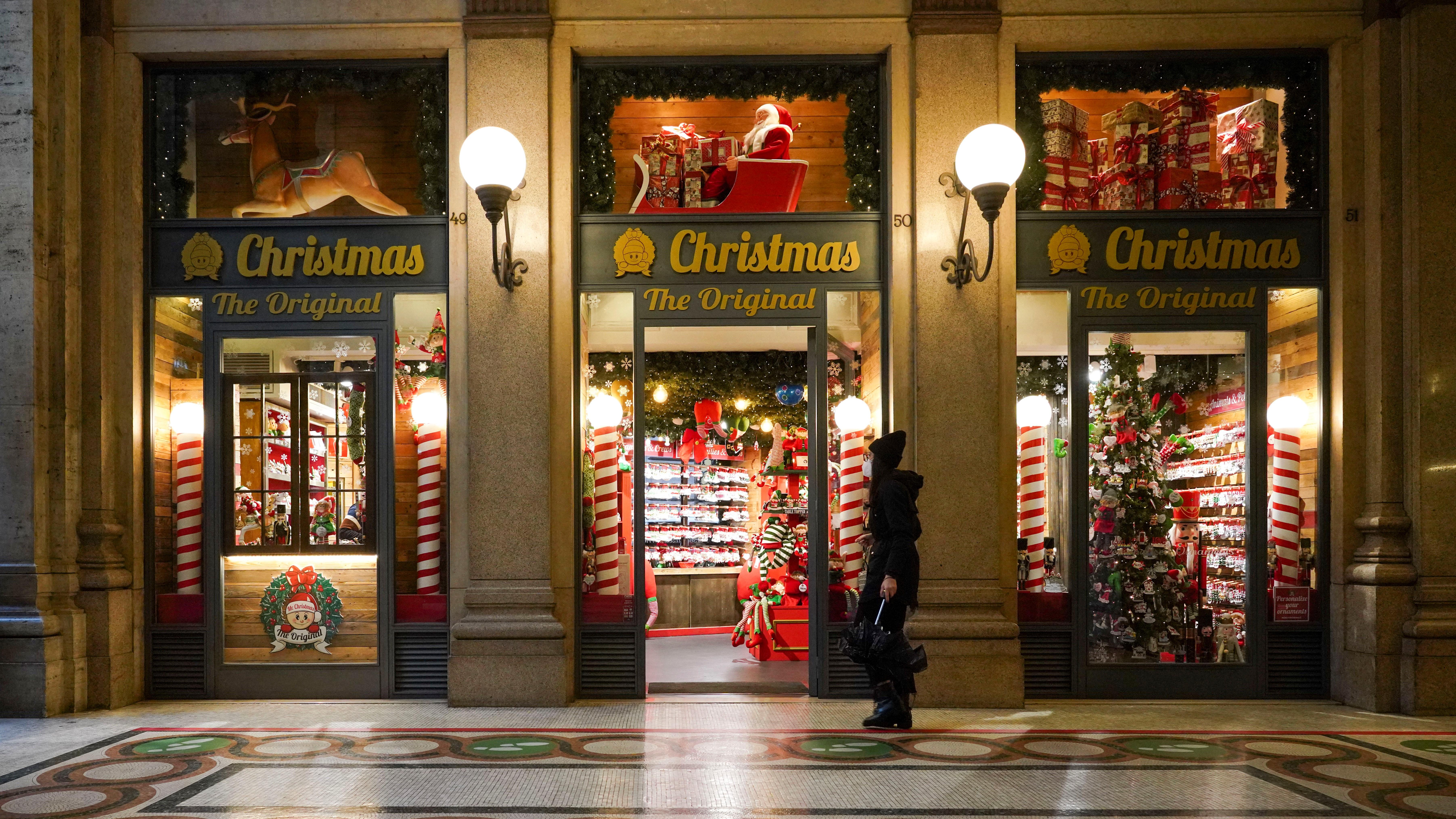 Karácsonyi dekorációkat árusító üzlet bejárata Rómában 2020. december 2-án. Az olasz egészségügyi minisztérium bejelentése szerint az ország több mint 200 millió adag koronavírus elleni vakcinát kötött le.MTI/AP/Andrew Medichini