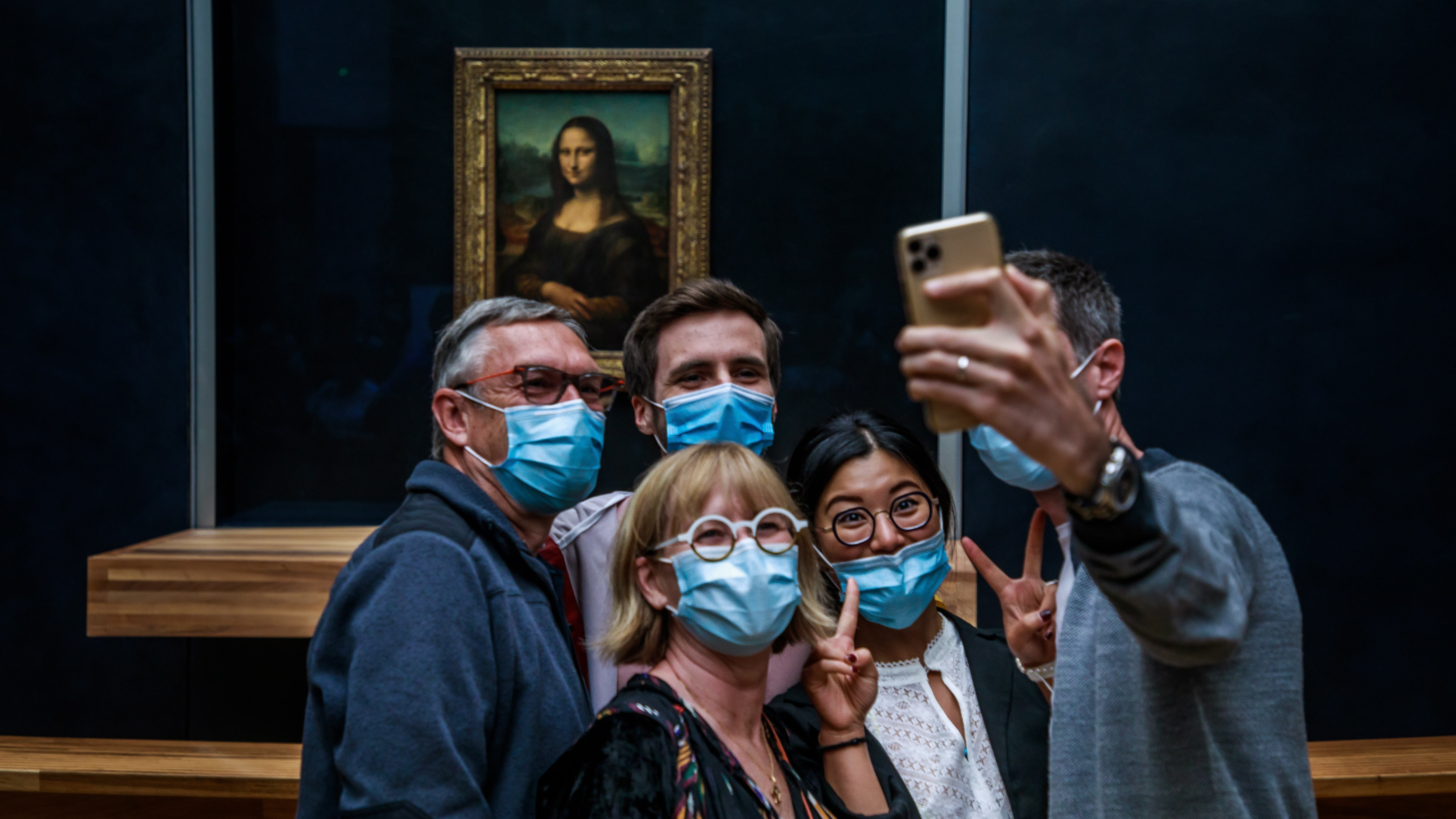 Látogatók szelfit készítenek Leonardo da Vinci Mona Lisa címû festményével a párizsi Louvre múzeumban