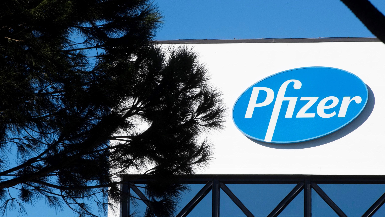 A Pfizer logója az amerikai gyógyszergyártó cég Róma Labaro városrészében lévõ székházán 2020. november 18-án.