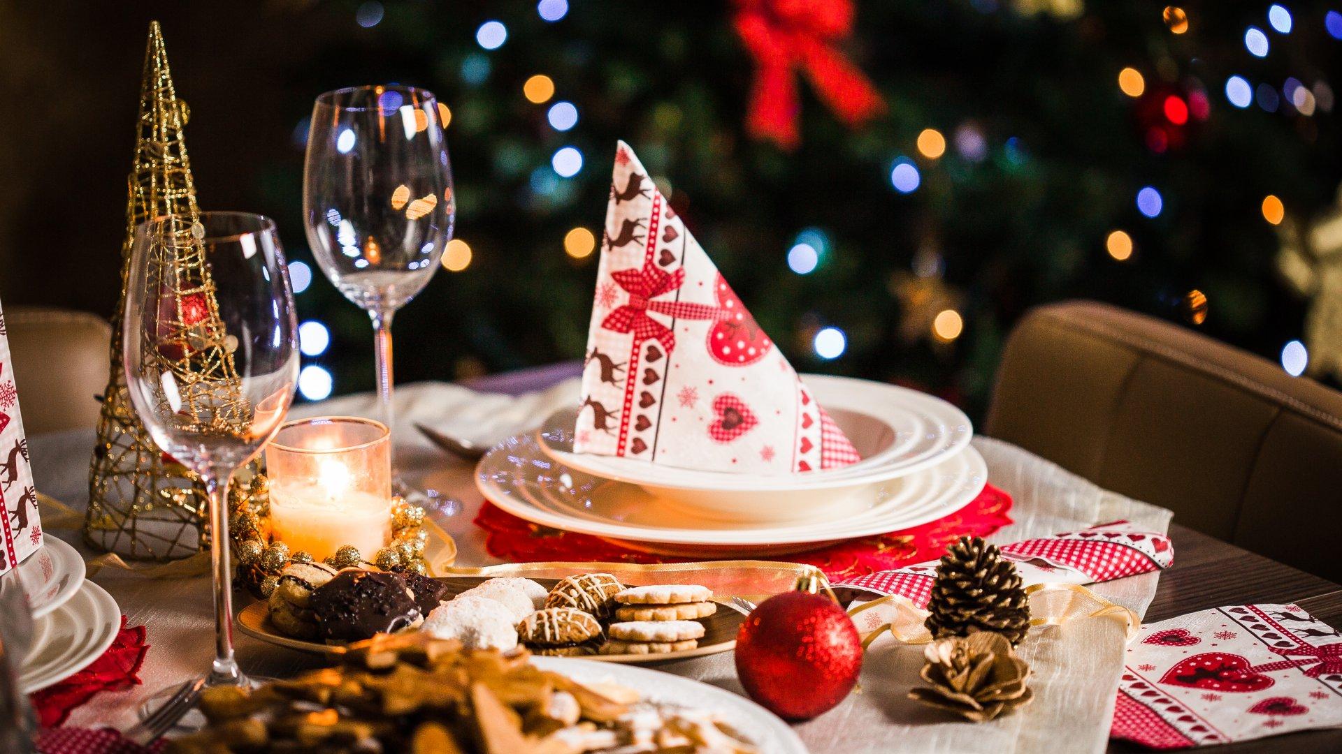 Megterített karácsonyi asztal