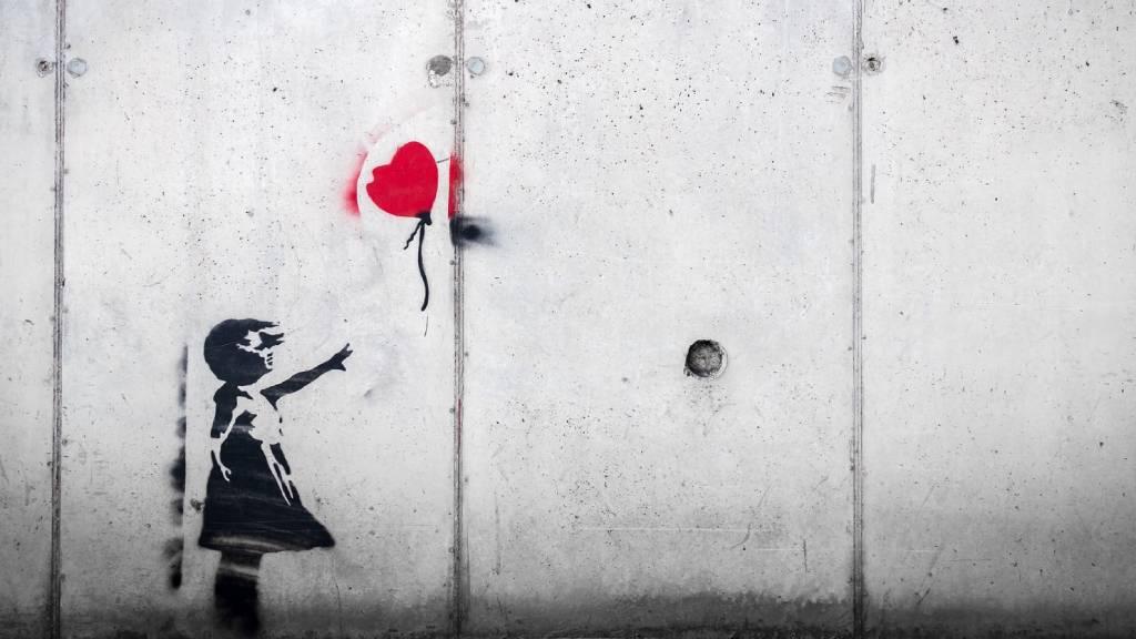 banksy graffiti szíves lufiért nyúló kislány