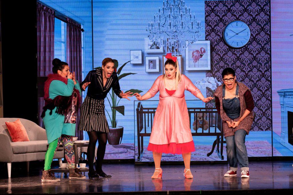 Király Linda nagy pocakkal lépett színpadra az Anyatigrisek musicalbe