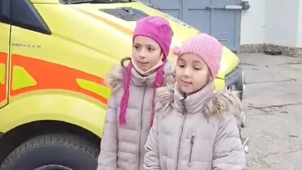 Megható dallal köszöntötte két kislány a mentőket