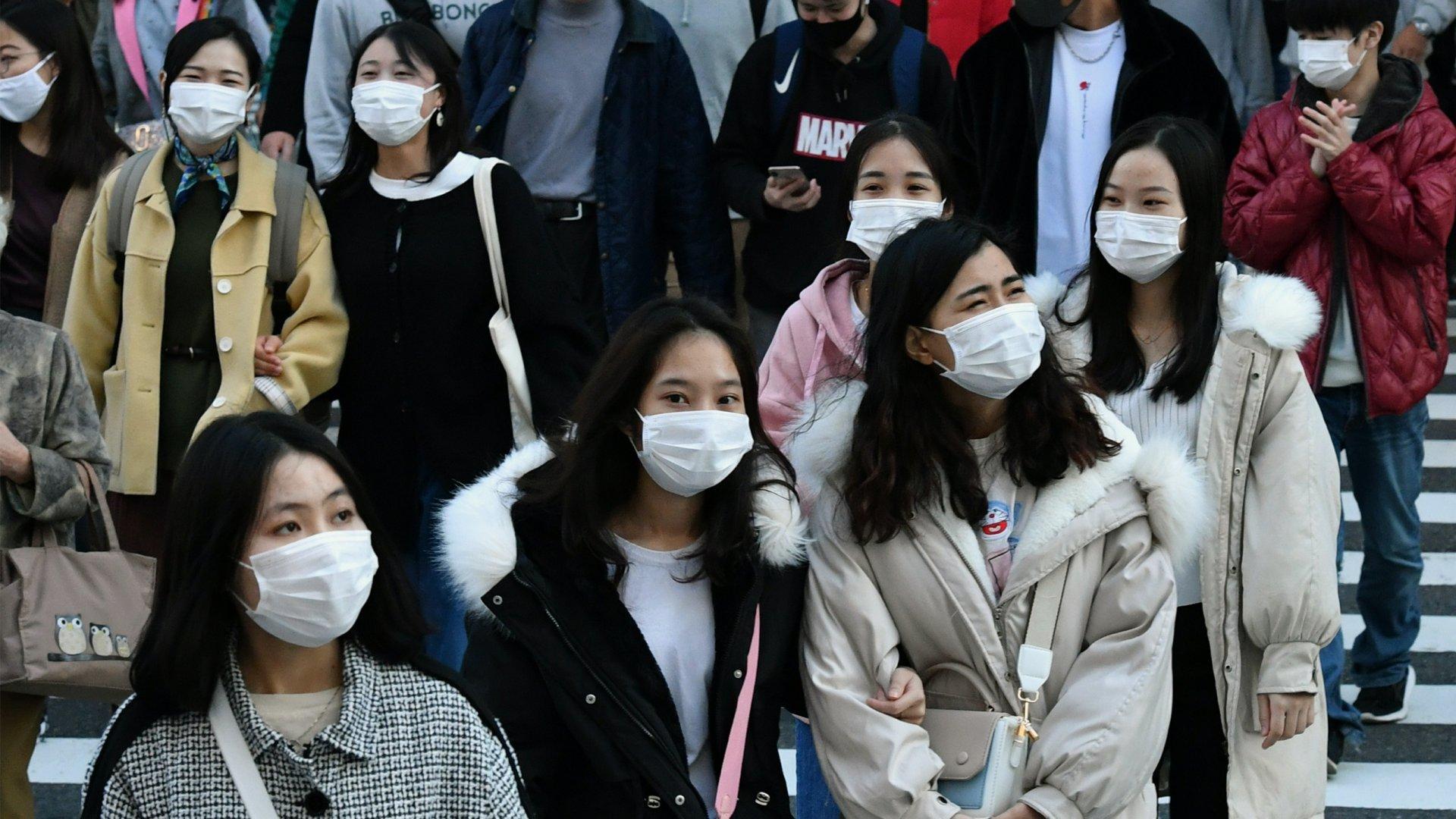 A koronavírus-járvány miatt maszkot viselő járókelők Japánban