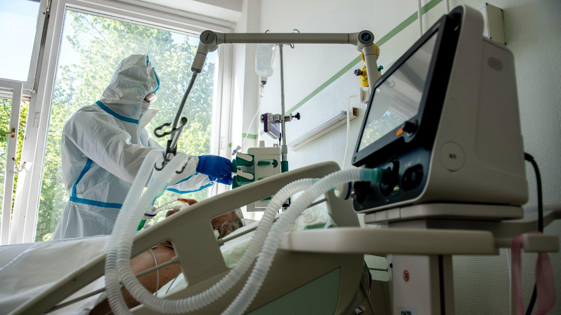 Koronavírusos beteg a lélegeztetőgépen