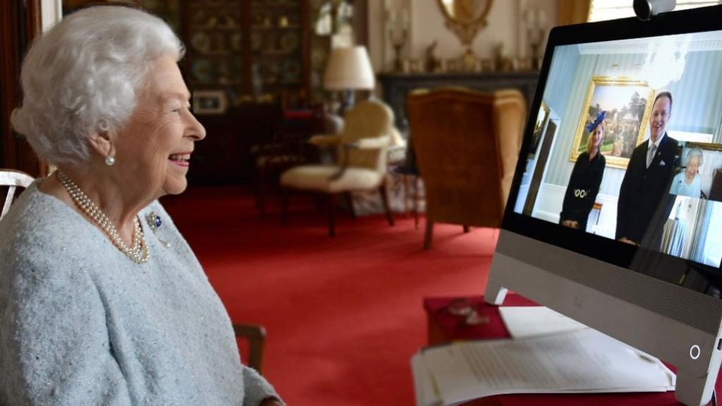 II. Erzsébet királynő és Kumin Viki, a brit nagykövet felesége