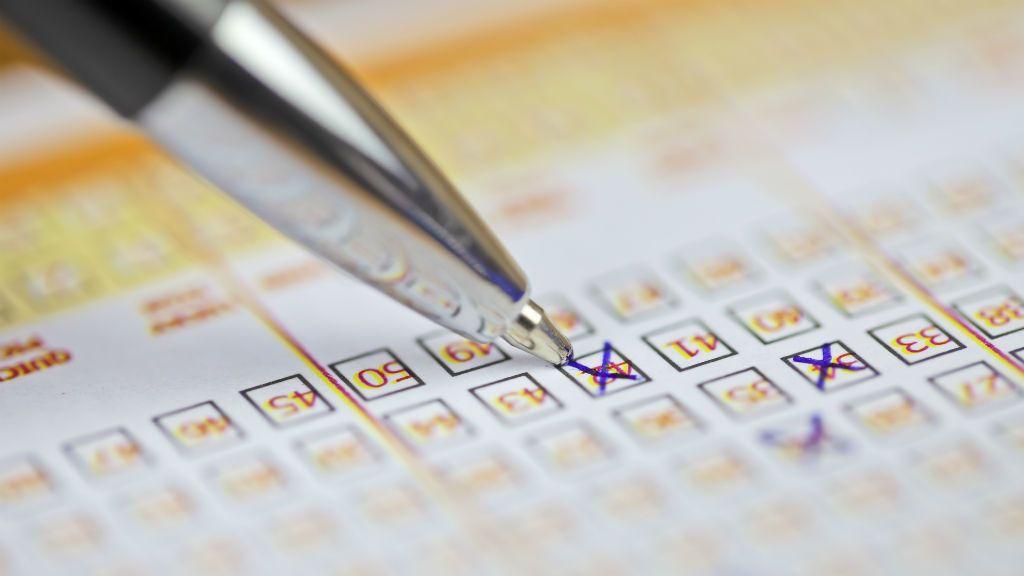 Számok bejelölése egy lottószelvényen