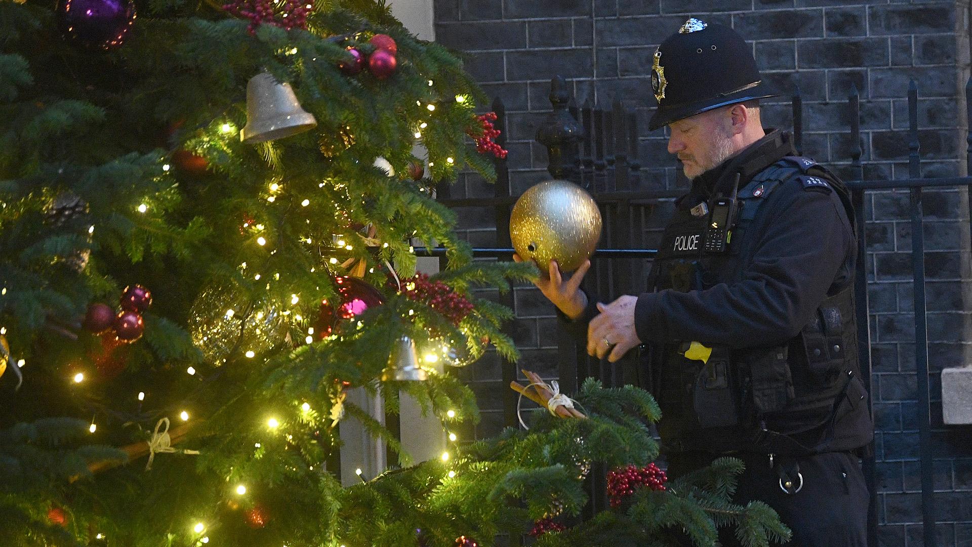 Bűnözők képeivel dekorálták a rendőrök a karácsonyfát